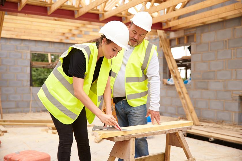 Vorarbeiter hilft neuem Mitarbeiter
