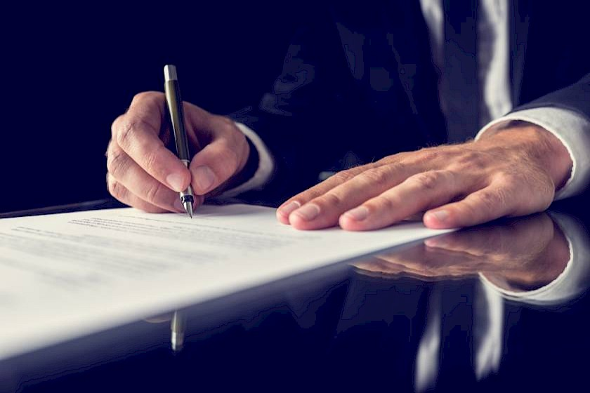 Mann unterschreibt öffentliche Ausschreibung
